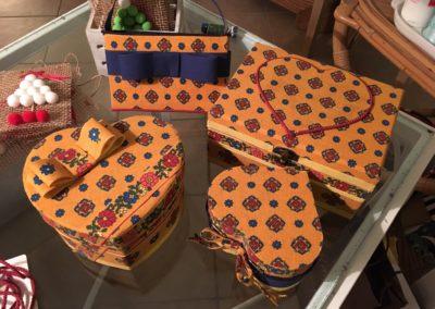 scatole rivestite con tessuto giallo